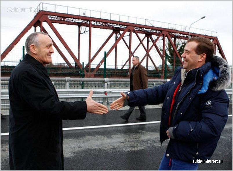 Дмитрий Медведев и Александр Анкваб на границе КПП Псоу