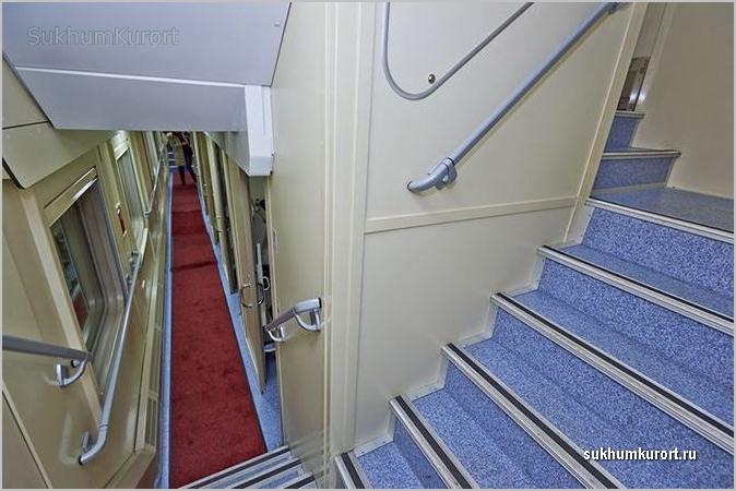 Лестница на второй этаж поезда