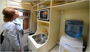Мини-кухня в двухэтажном поезде
